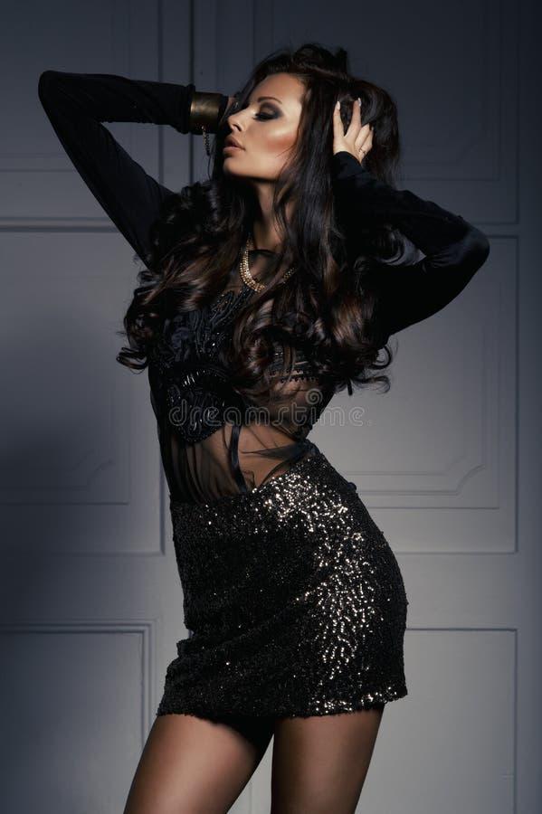 Mulher moreno sensual com cabelo encaracolado longo imagem de stock
