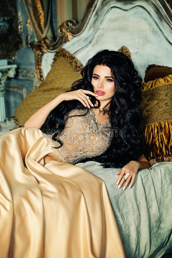 Mulher moreno sensual que relaxa foto de stock royalty free