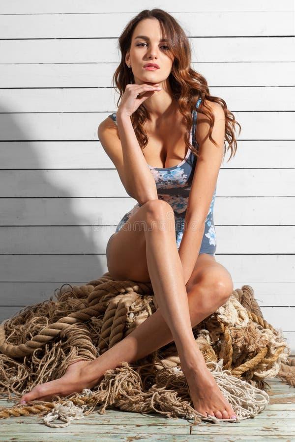 Mulher moreno 'sexy' atrativa com corpo impressionante fotos de stock royalty free