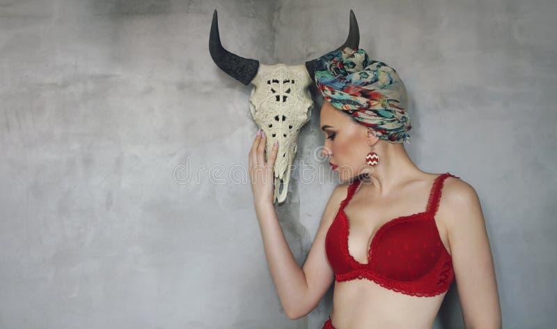 Mulher moreno 'sexy' que levanta o roupa interior vermelho ? moda vestindo imagens de stock royalty free
