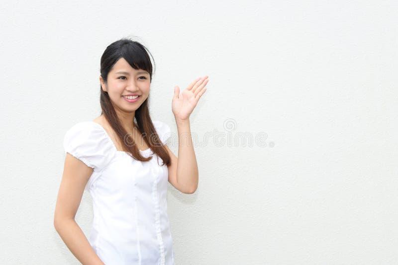 A mulher mostra a maneira foto de stock royalty free