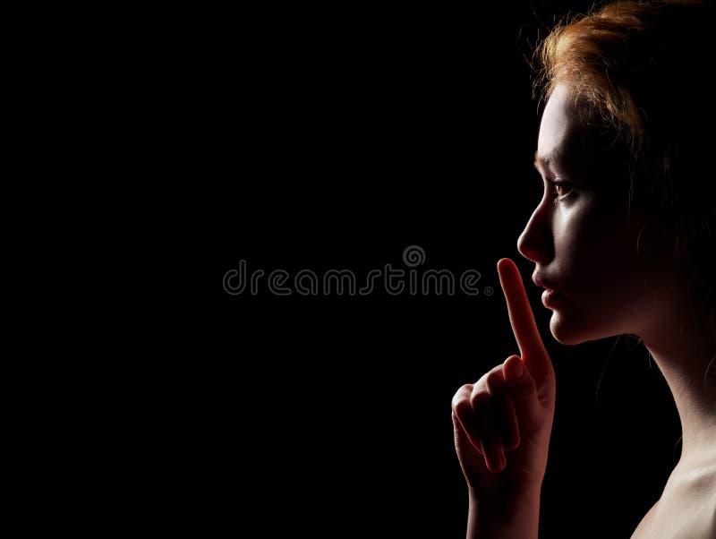 A mulher mostra o silêncio foto de stock