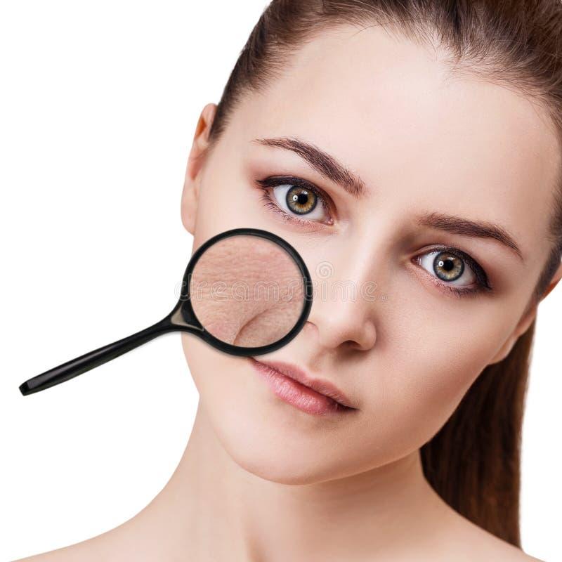 A mulher mostra wrincles simulados relativos à idade fotografia de stock