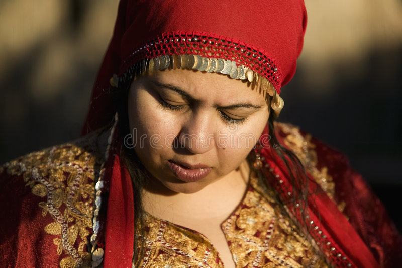 Mulher muçulmana ao ar livre fotografia de stock royalty free