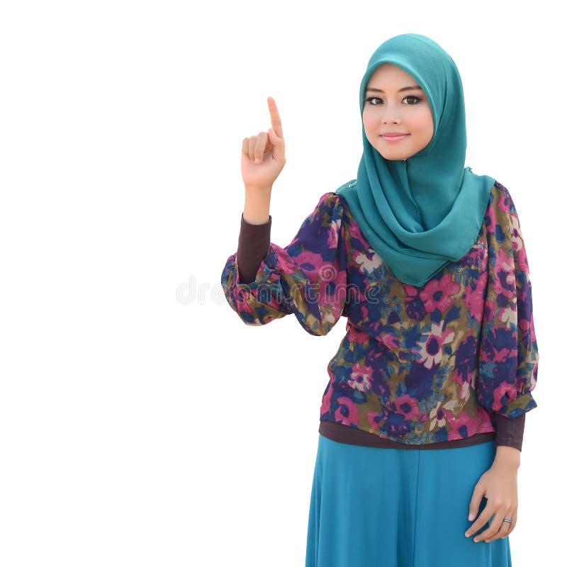 A mulher muçulmana asiática nova no lenço principal isolou o branco imagem de stock