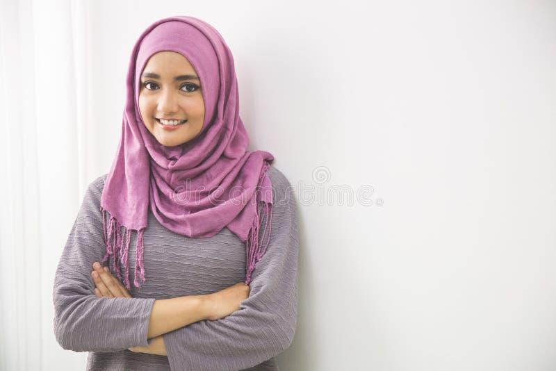 Mulher muçulmana asiática nova no sorriso principal do lenço fotografia de stock