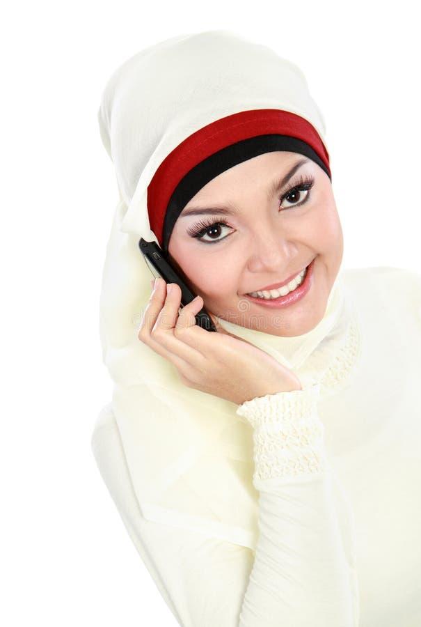 Mulher muçulmana asiática que fala no telefone fotos de stock