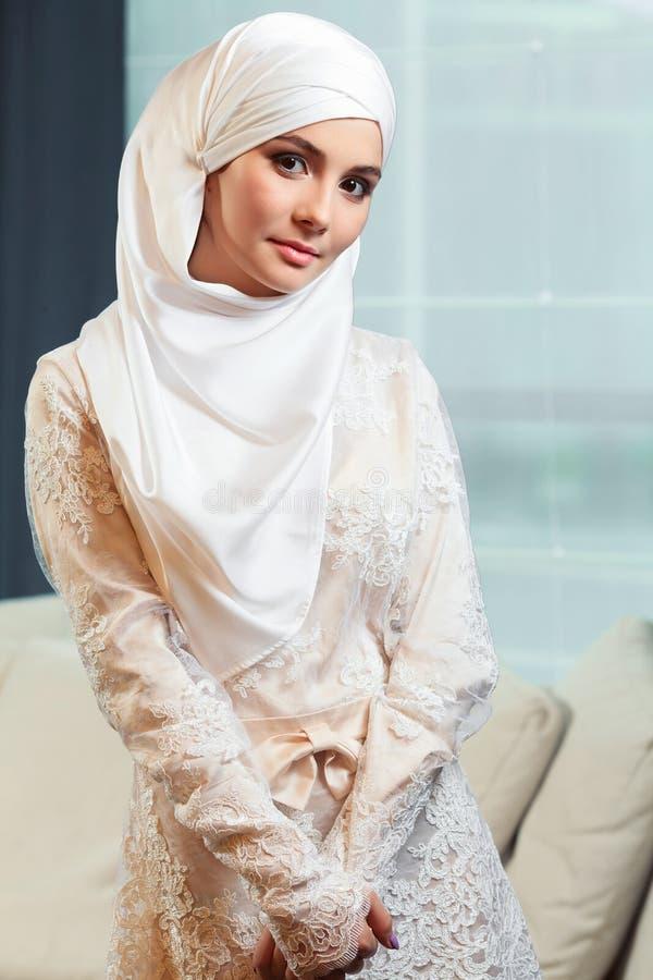 Mulher muçulmana bonita em um vestido de casamento branco imagens de stock