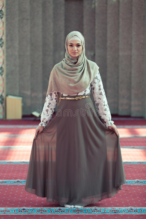 Mulher muçulmana bonita nova que reza na mesquita foto de stock