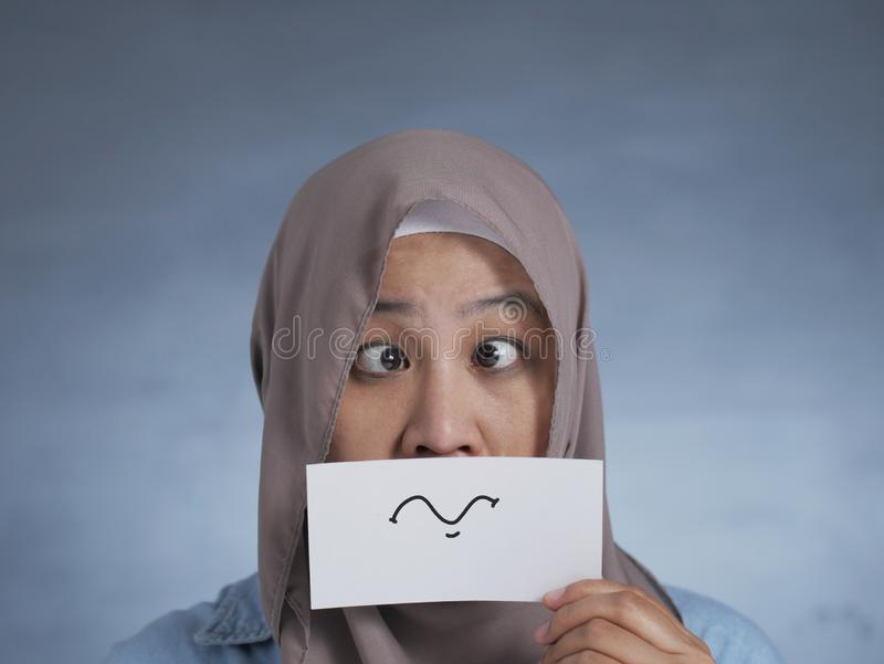 Mulher Muçulmana Com Cartão De Cara Silencioso imagem de stock