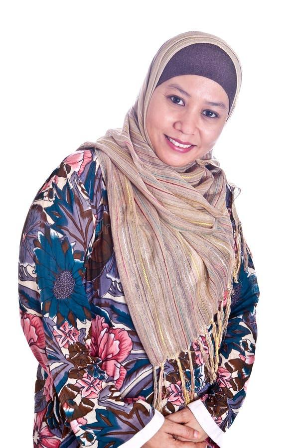 Mulher muçulmana do Malay maduro no lenço fotografia de stock