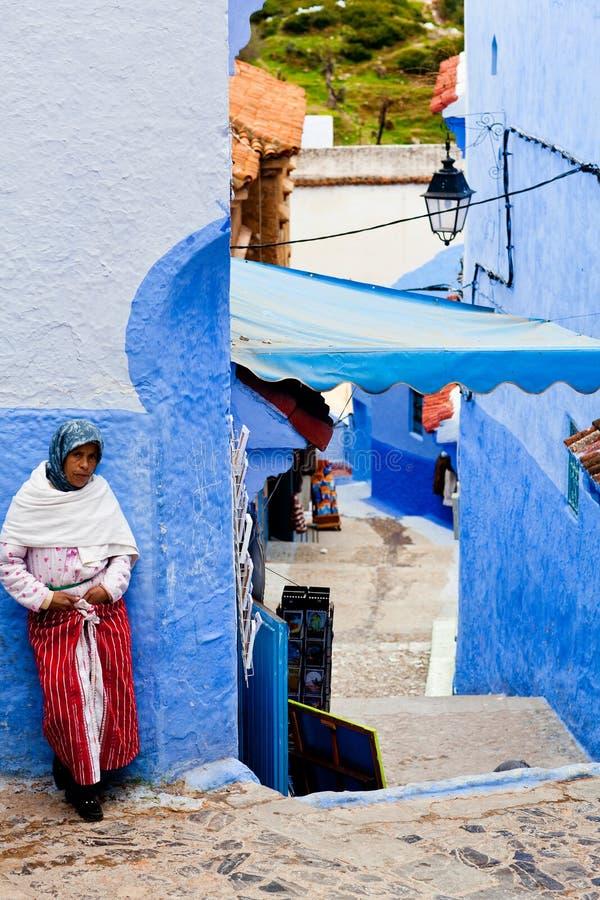 Mulher muçulmana em Chefchaouen, Marrocos imagens de stock royalty free