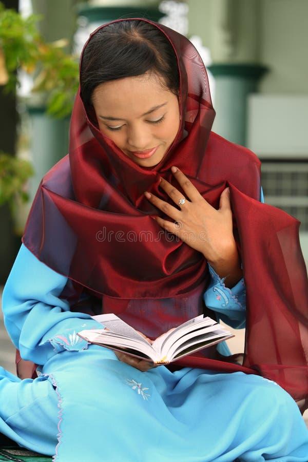 Mulher muçulmana na mesquita imagens de stock