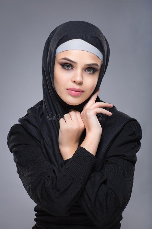 Mulher muçulmana no hijab fotos de stock
