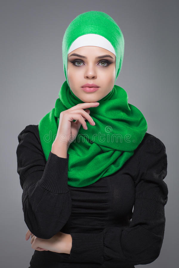 Mulher muçulmana no hijab imagens de stock royalty free