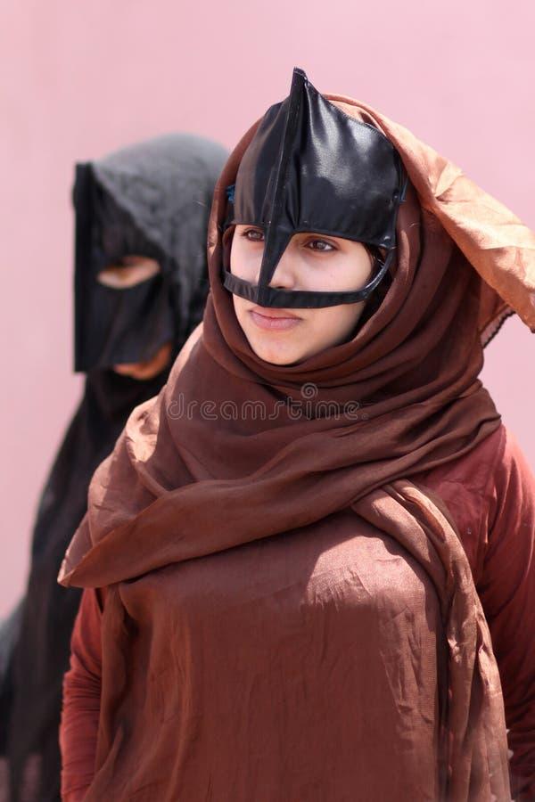 Mulher muçulmana nova com roupa tradicional fotos de stock royalty free