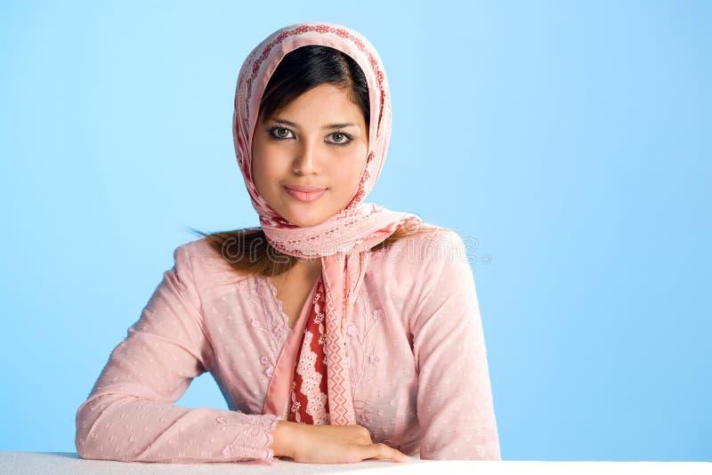 Mulher muçulmana nova no lenço principal imagens de stock