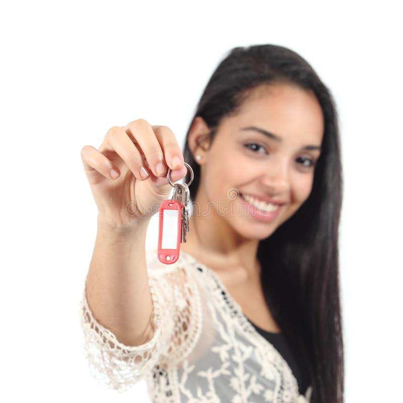 Mulher muçulmana ocasional bonita que guarda chaves de uma casa imagens de stock royalty free
