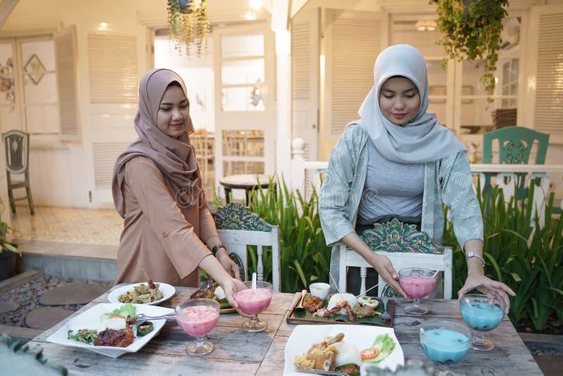 Mulher muçulmana preparando a mesa para quebrar o rápido imagem de stock