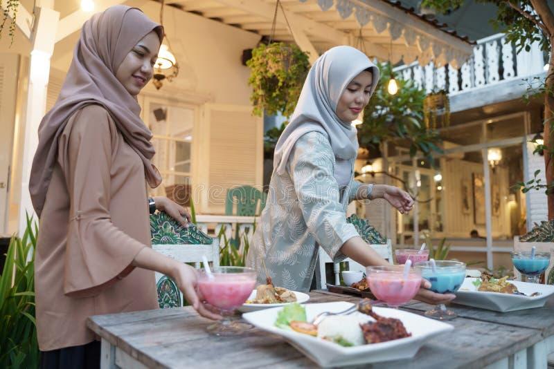 Mulher muçulmana preparando a mesa para quebrar o rápido foto de stock royalty free