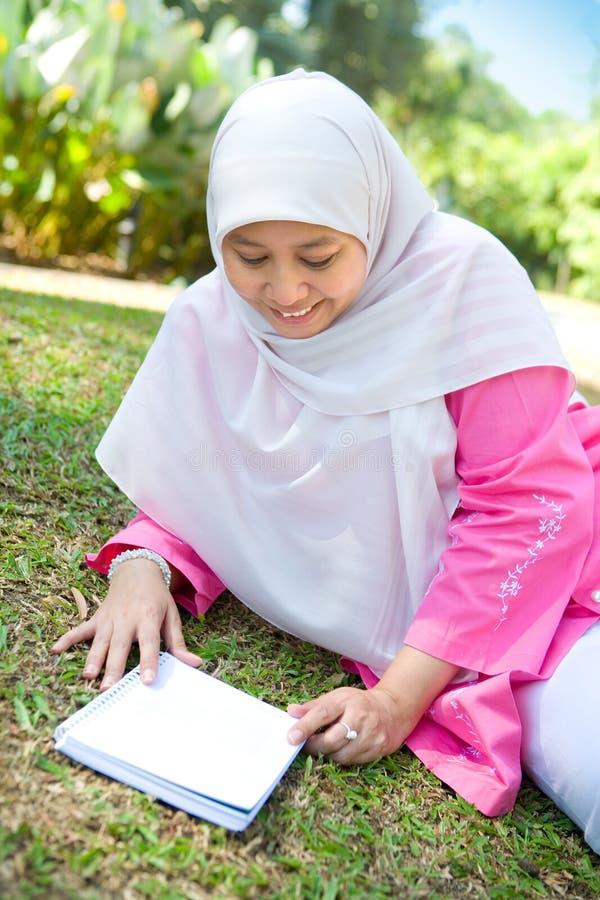 Mulher muçulmana que aprecia o parque ao ar livre foto de stock royalty free