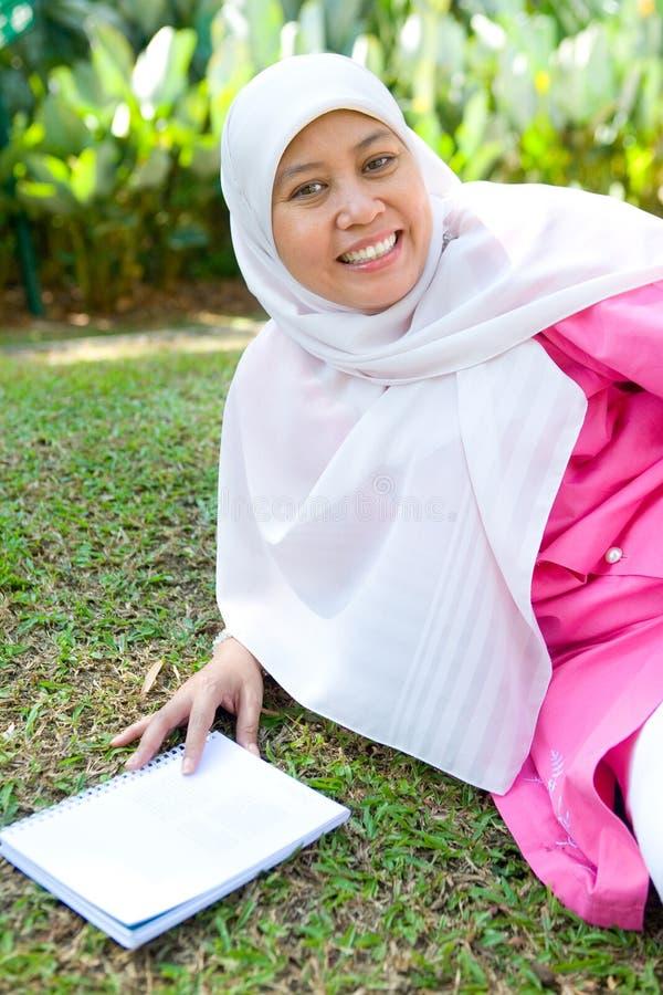 Mulher muçulmana que aprecia o parque ao ar livre foto de stock