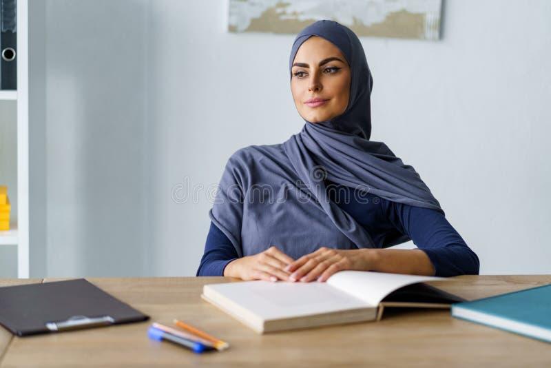 Mulher muçulmana que joga um olhar imagens de stock royalty free