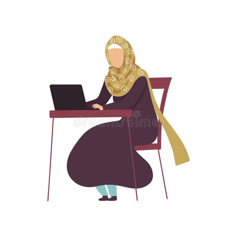 Mulher muçulmana que senta-se no funcionamento da mesa com laptop, menina árabe moderna na ilustração tradicional do vetor da rou ilustração stock