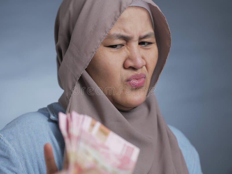 Mulher muçulmana rejeitando dinheiro imagem de stock royalty free