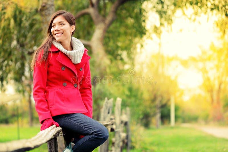 Mulher muliticultural feliz da queda fotografia de stock