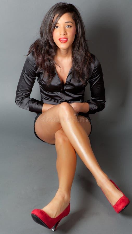 Mulher Multiracial lindo com pés longos fotografia de stock royalty free
