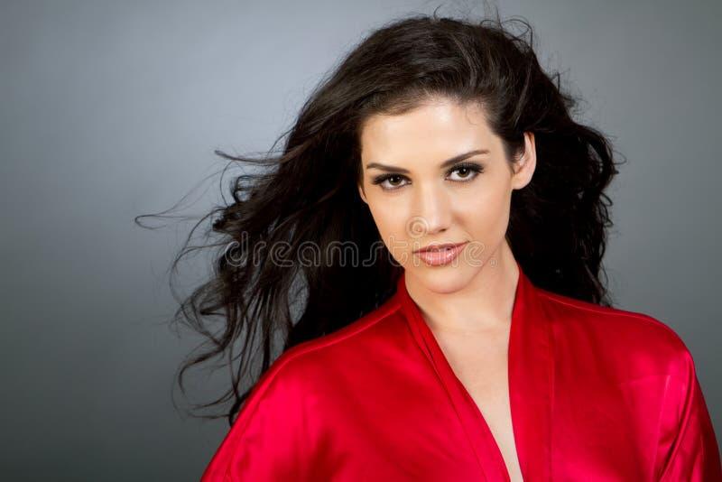 Mulher multiracial nova bonita com cabelo escuro foto de stock