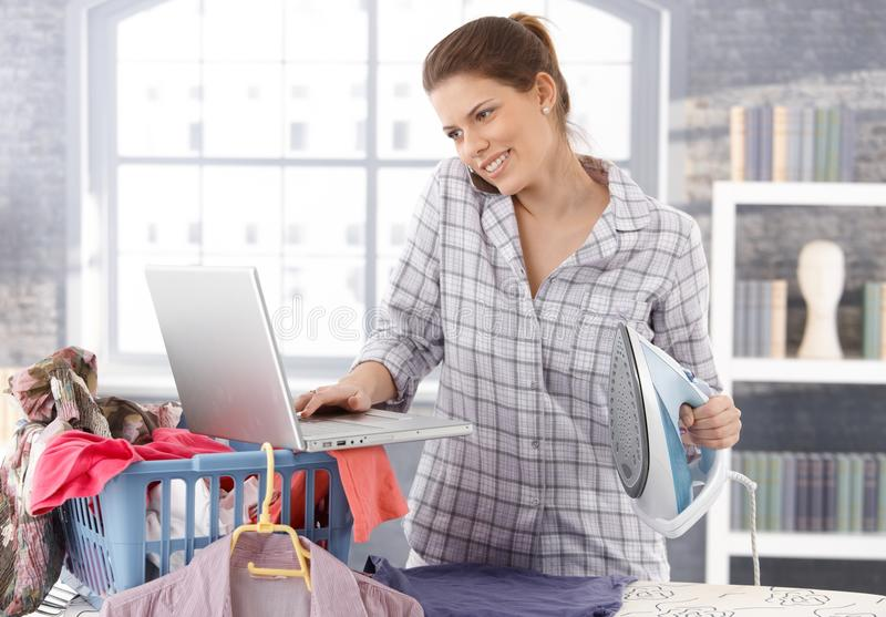 Mulher a multitarefas em casa