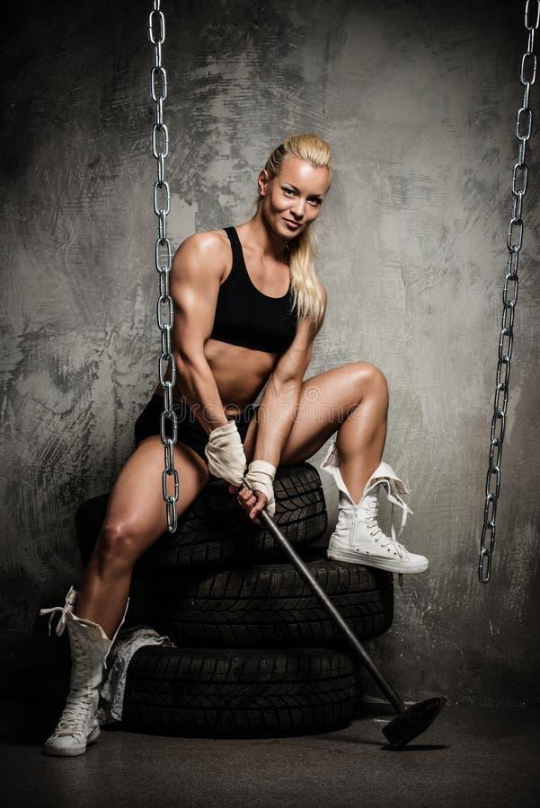 Mulher muscular bonita do halterofilista fotos de stock royalty free