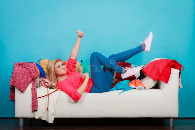 A mulher não conhece o que vestir o encontro no sofá imagem de stock