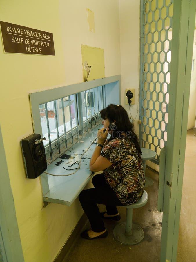 Mulher na área da visita da prisão da cadeia imagens de stock