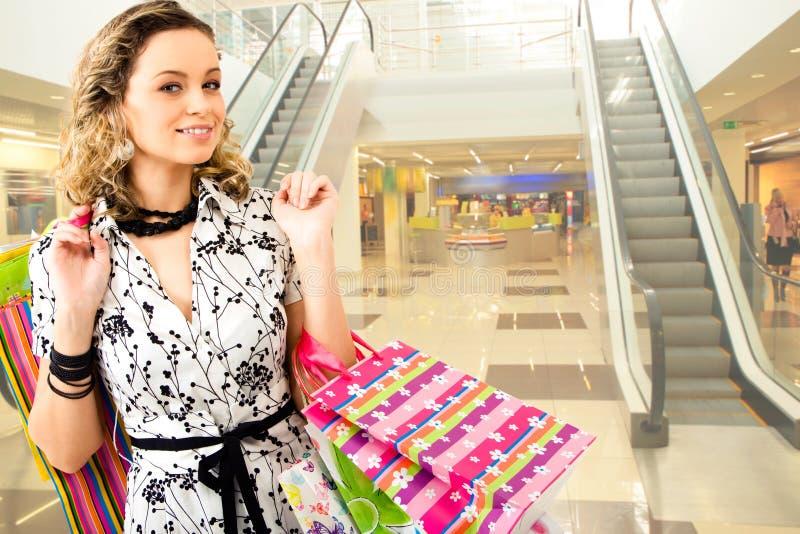 Mulher na alameda de compra foto de stock