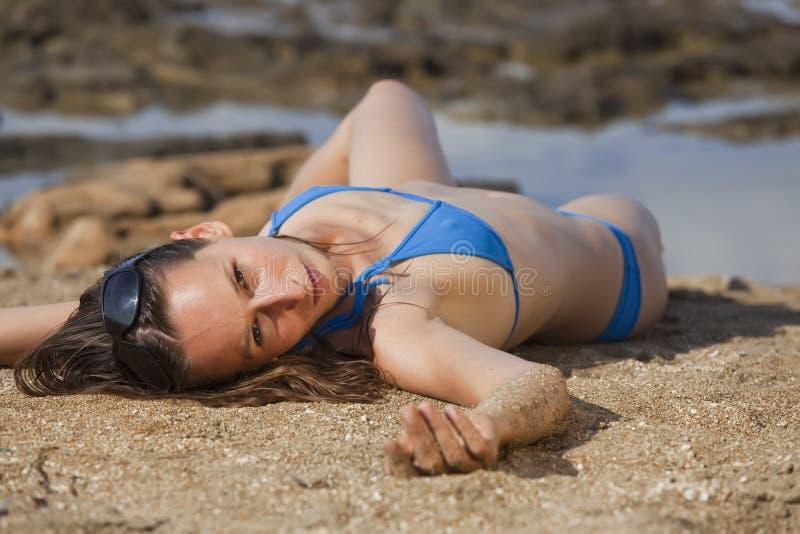 Mulher na areia fotografia de stock
