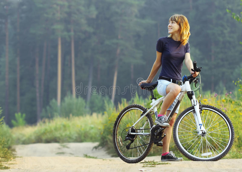 Mulher na bicicleta fotografia de stock royalty free