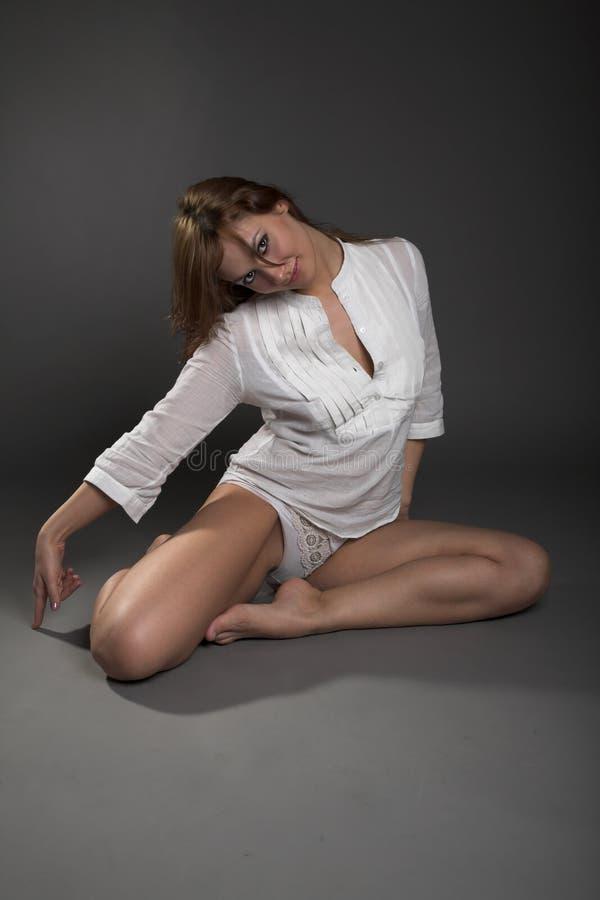 Download Mulher na blusa branca foto de stock. Imagem de povos - 10060158