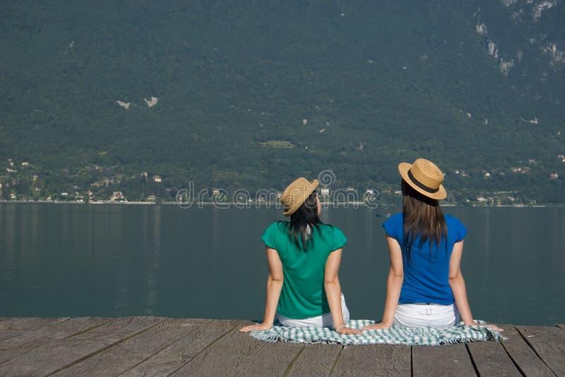 Mulher na borda de um lago fotografia de stock royalty free