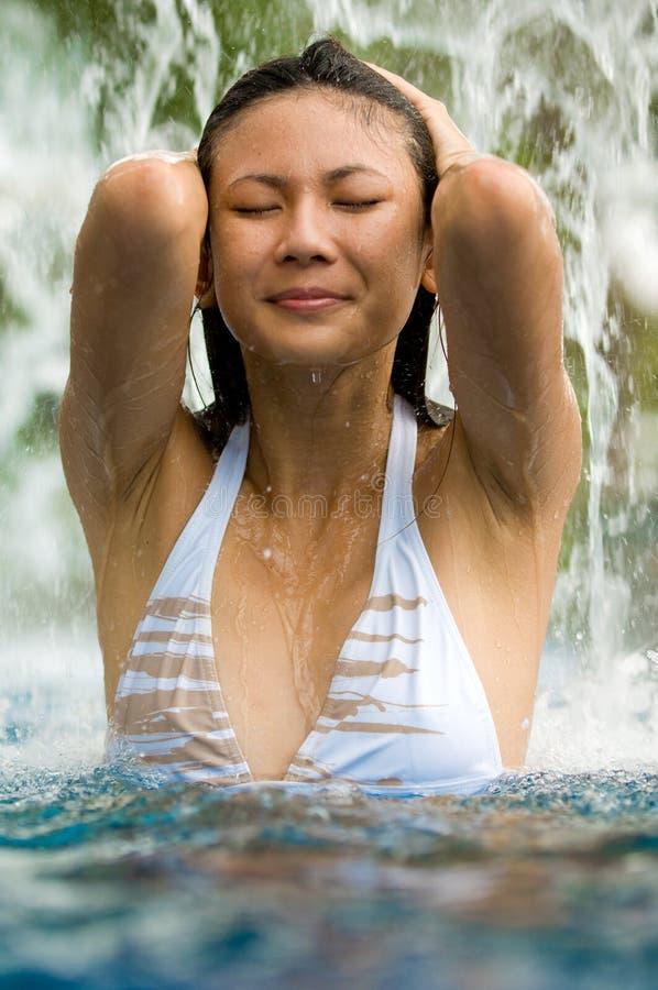 Mulher na cachoeira fotos de stock royalty free