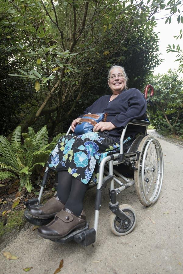 Mulher na cadeira de roda imagem de stock
