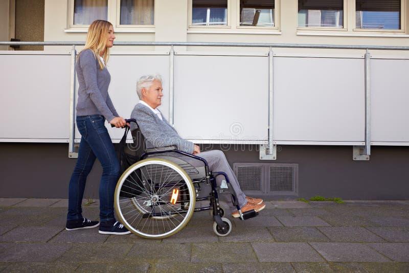 Mulher na cadeira de rodas na maneira fotos de stock