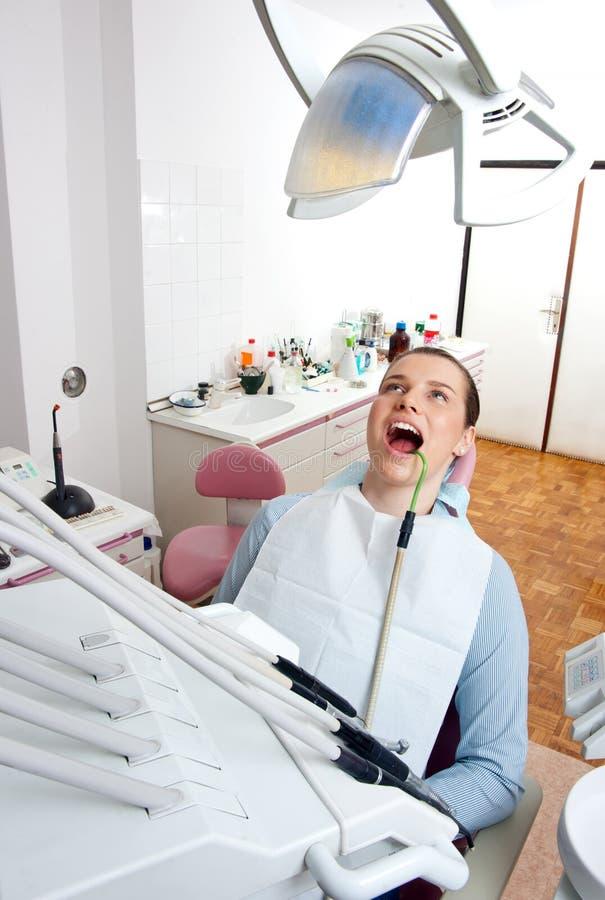 Mulher na cadeira do dentista imagens de stock