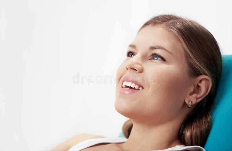 Mulher na cadeira do dentista foto de stock