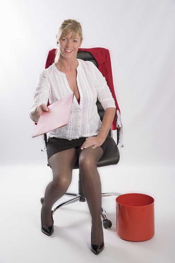 Mulher na cadeira do escritório que segura arquivos imagens de stock