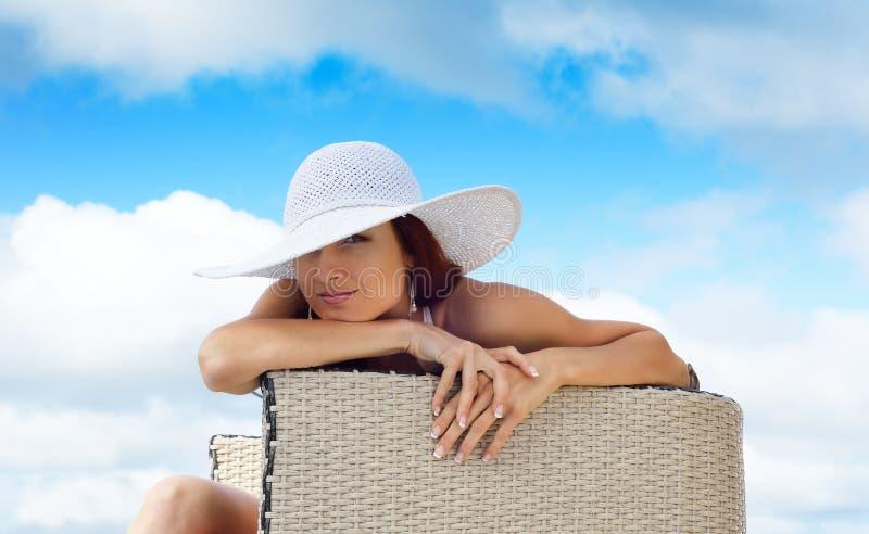Mulher na cadeira sob o céu imagens de stock royalty free
