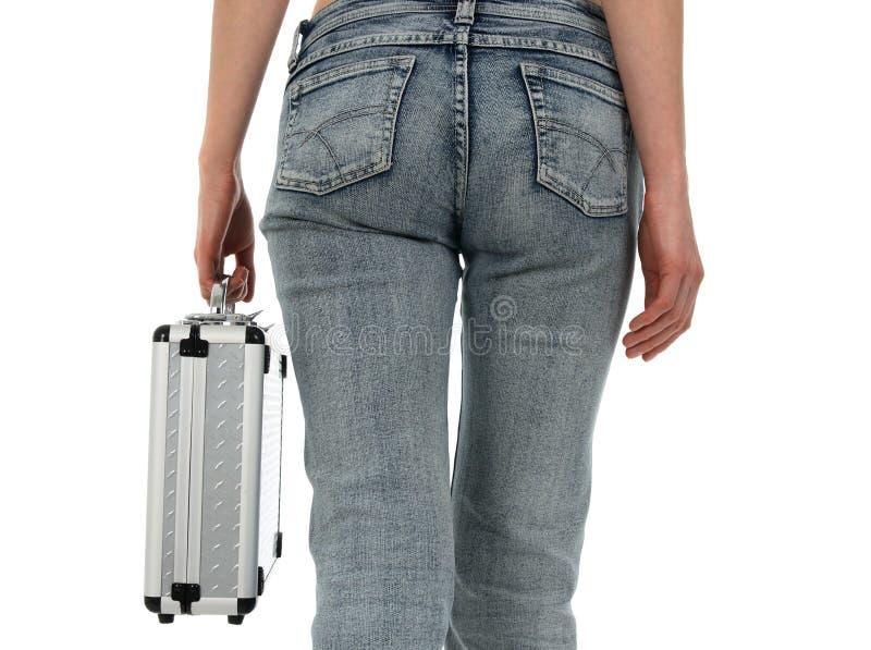 Mulher na calças de ganga com caixa do metal fotografia de stock