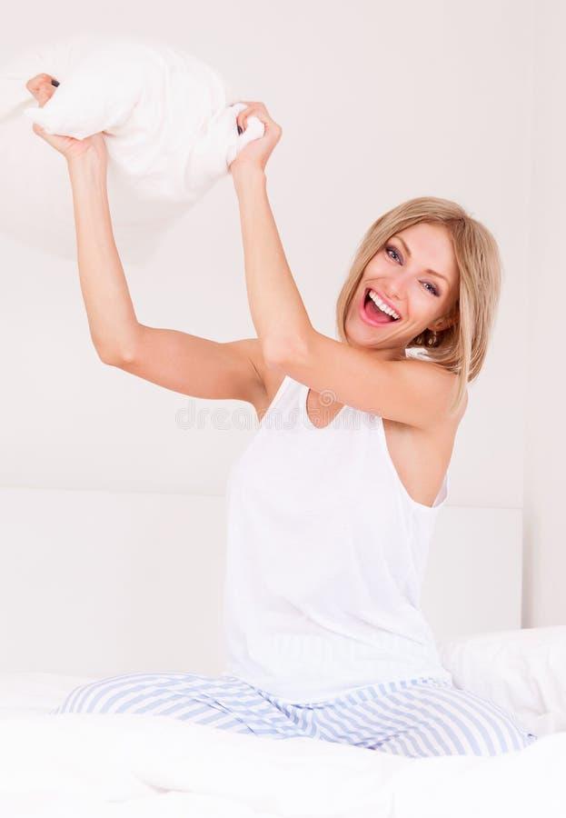 Mulher na cama fotos de stock
